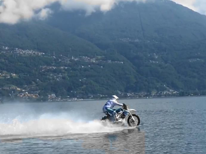 Luca Colombo Record del mondo moto cross acqua